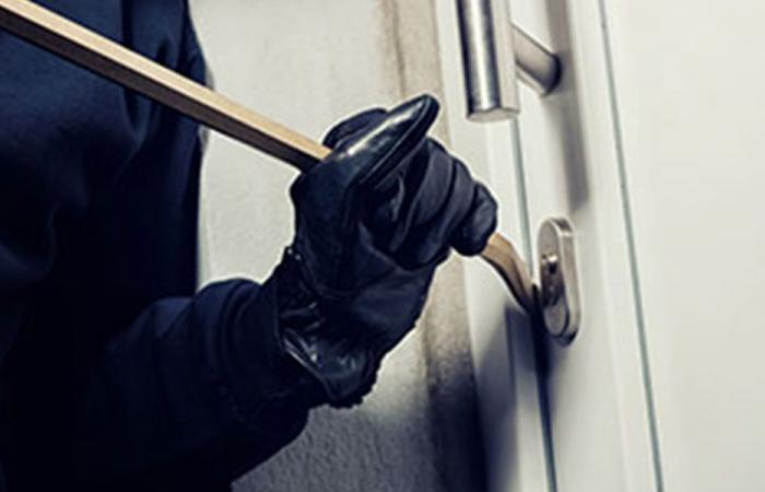 سرقة 80 ألف دولار من منزل في أكروم