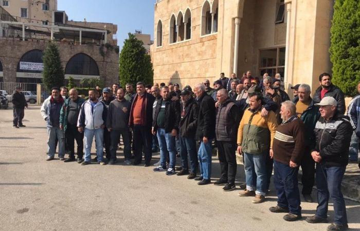 اعتصام عمال بلدية الميناء احتجاجاً على عدم قبض رواتبهم