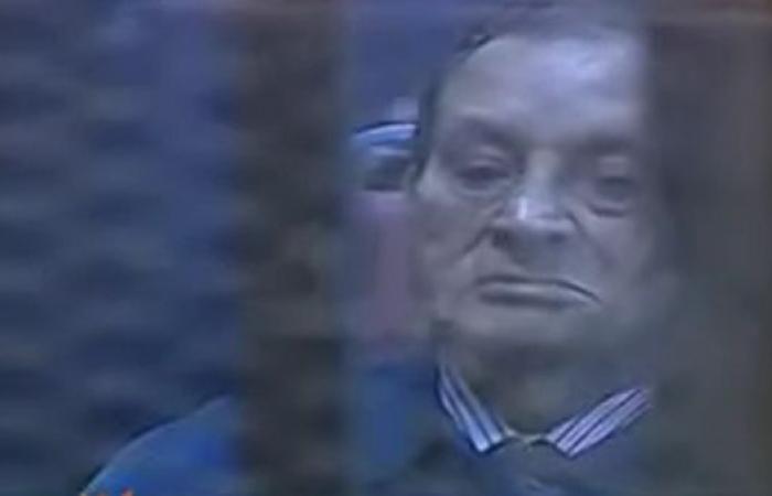 شاهد.. 3 مواقف بكى فيها حسني مبارك علناً