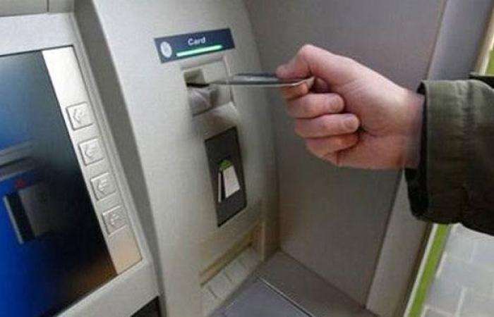 الأزمة النقدية تحيل بطاقات الائتمان إلى التقاعد «المبكر»