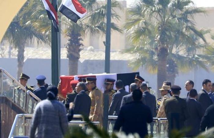 شاهد السيسي بمقدمة مشيعي حسني مبارك في جنازة عسكرية