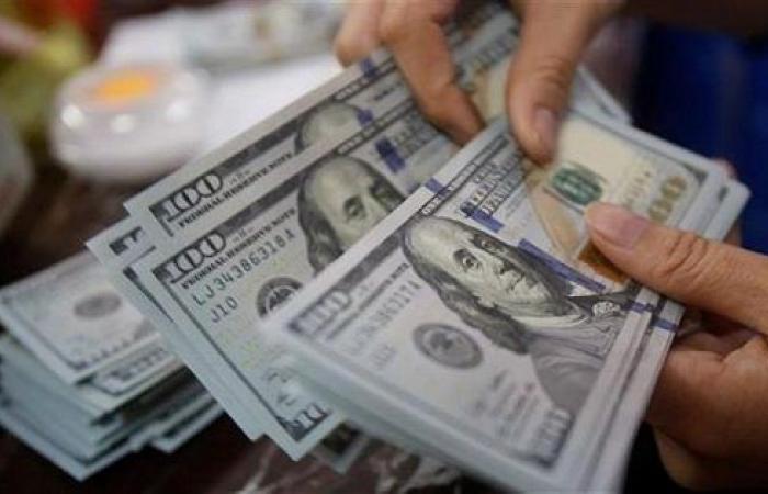 الدولار يتراجع بعد اكتشاف أول حالة كورونا في أميركا