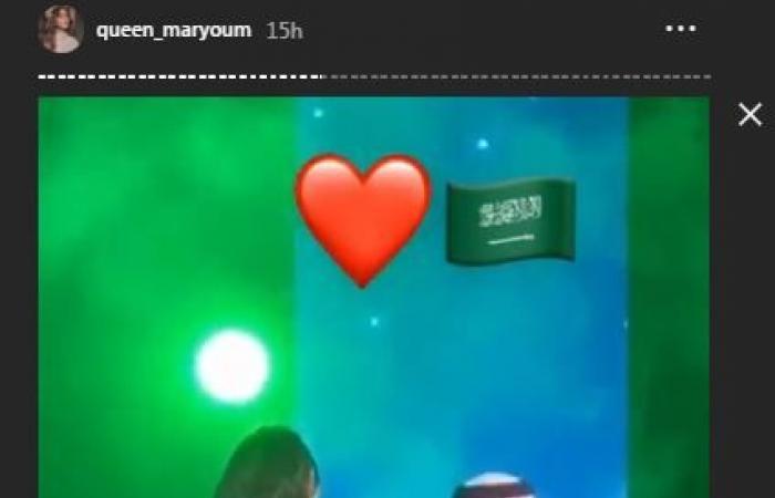 """مريم حسين تفاجئ محمد عبده على المسرح: """"فديت اللي يعرف يقدر الورد""""!"""