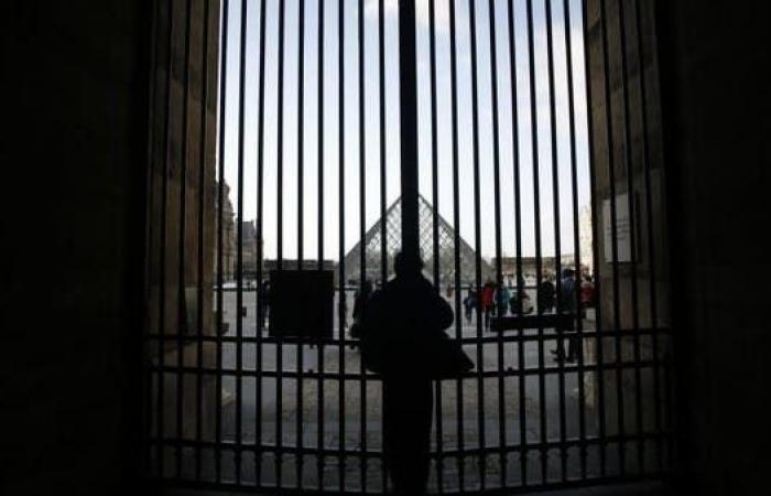 فرنسا.. متحف اللوفر يغلق أبوابه خشية كورونا