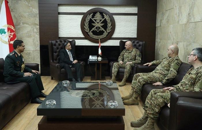 قائد الجيش عرض مع سفير الهند علاقات التعاون