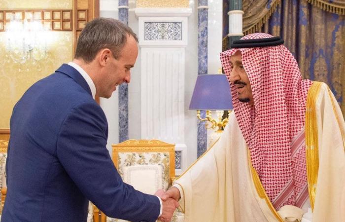 السعودية | خادم الحرمين الشريفين يستقبل وزير خارجية بريطانيا