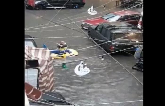 """الشوارع غرقت: """"لبنان أحلى بلد""""... قارب مطاطي وتجديف! (فيديو)"""