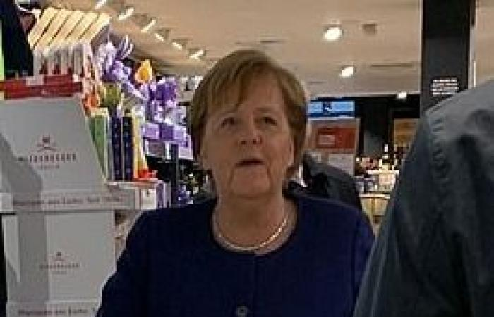 أنغيلا ميركل تتسوق بمفردها رغم مخاطر كورونا.. ما الذي خرجت لشرائه؟
