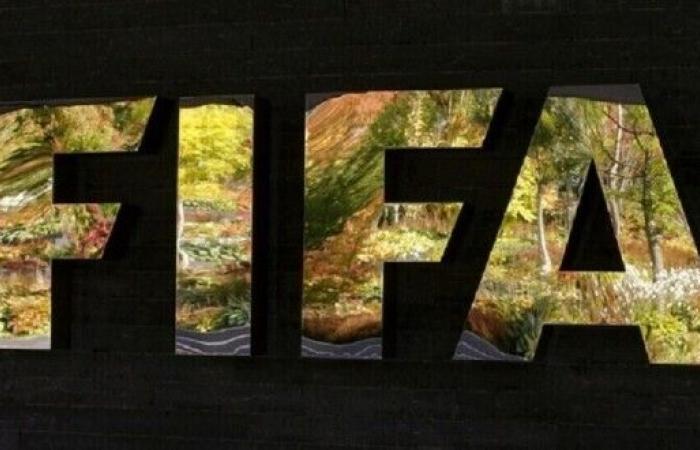"""""""الفيفا"""" يحدد مصير عقود لاعبي كرة القدم في ظل أزمة كورونا"""