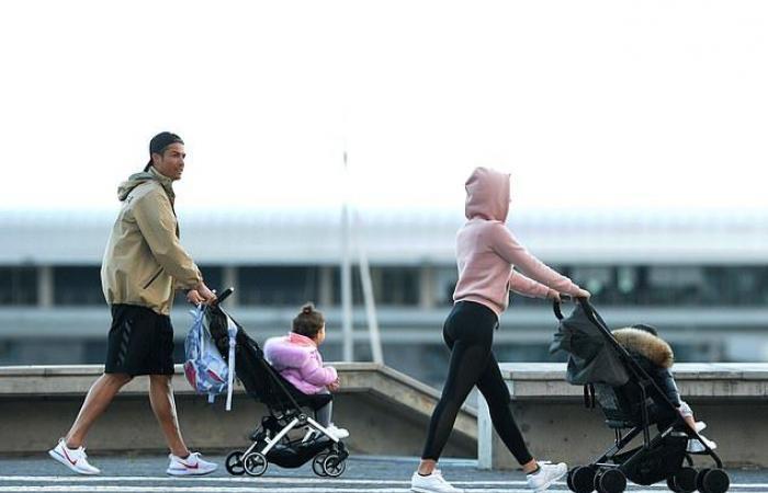 كريستيانو رونالدو مع حبيبته وأبنائه بالشارع.. هل خرقوا الحجر المنزلي؟