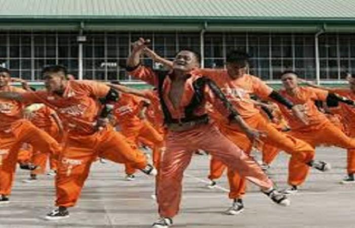 """بالفيديو: سجناء يحتفلون بالإفراج عنهم مبكرا بأداء """"رقصة كورونا"""""""