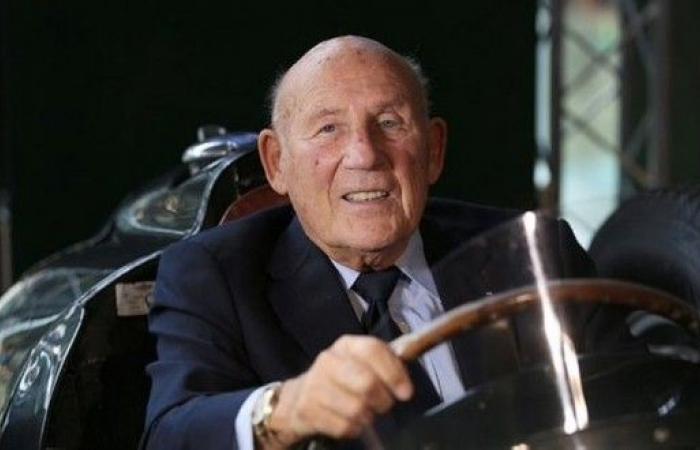 """وفاة سائق """"الفورمولا 1"""" ستيرلينغ موس عن 90 عاما"""