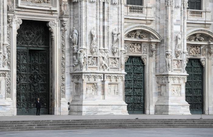 بوتشيلي يغني وحيداً.. أمام ساحات حزينة في ميلانو