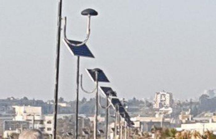 رش مواطنين تجمّعوا على كورنيش صيدا بالمياه لتفريقهم