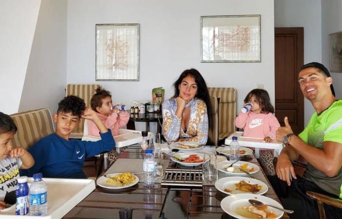 كريستيانو رونالدو يستخدم أطفاله كأوزان لتدريباته.. شاهدوا!