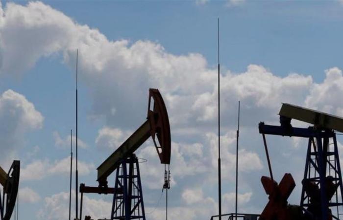 النفط يغلق على هبوط حاد والخام الأميركي يقترب من 20 دولارا للبرميل