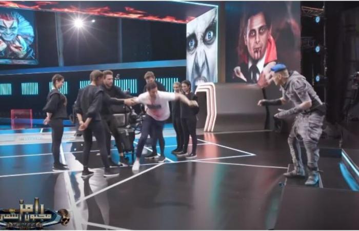 محمد الشناوي يلقن رامز جلال درسا قاسيا ويسقطه في بركة المياه! (فيديو)