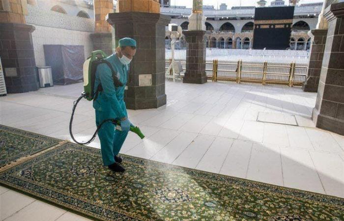 السعودية | كم مرة تغسل وتعقم مكبرية المسجد الحرام يوميا؟