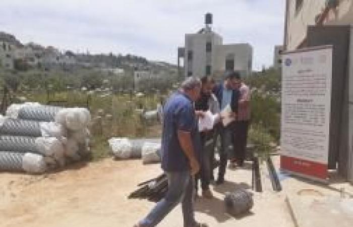 فلسطين | الإغاثة الزراعية تزود 17 مزارعاً من كفر الديك بأسيجة لحماية أراضيهم