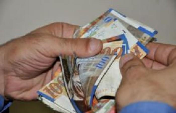 فلسطين   غزة: صرف مساعدات مالية للعاملين في قطاع التعليم الخاص