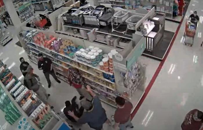 بالفيديو: رجل يكسر ذراع موظف لمطالبته بارتداء الكمامة!