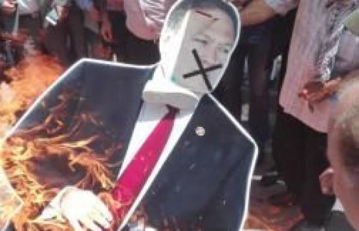 """فلسطين   خلال وقفة احتجاج ضد زيارته لاسرائيل.. نشطاء غاضبون يحرقون مجسما لـ""""بومبيو"""" وسط مدينة نابلس"""
