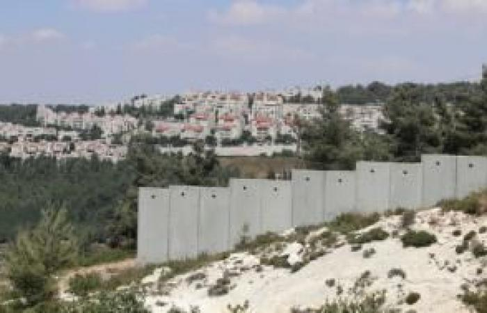 فلسطين   مواطنون ينتزعون قرارا بتجميد هدم منازلهم في الولجة