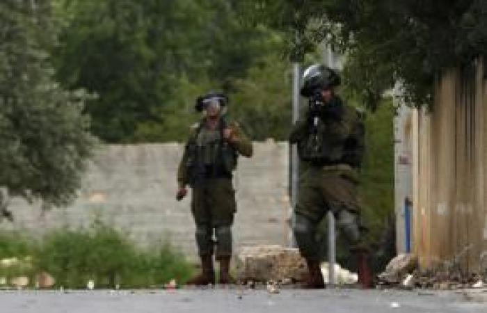 فلسطين | فيديو: جندي إسرائيلي يعطب إطارات سيارة فلسطينية في كفر قدوم