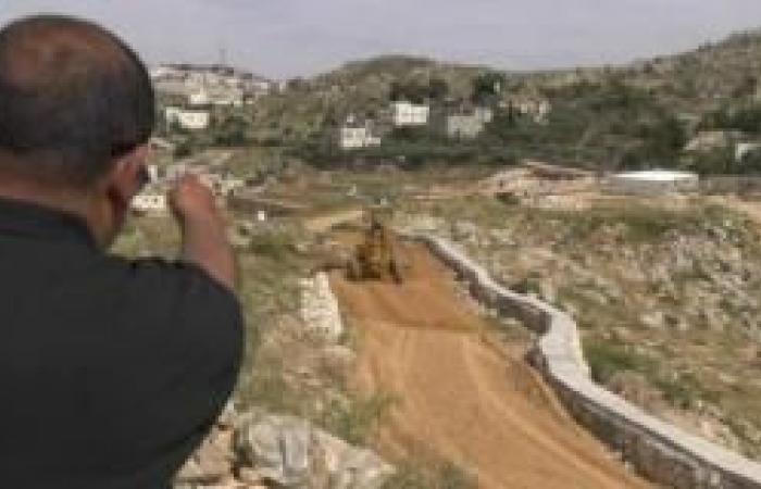 """فلسطين   """"بديل"""": الاحتلال يُخطط لردم طريق زراعي في جبل الرويسات بالولجة"""