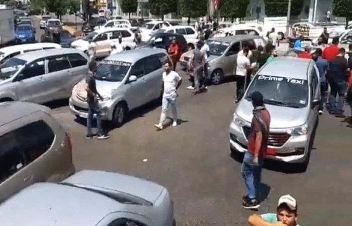 """سائقو """"الاجرة"""" اغلقوا تقاطع ايليا احتجاجا على تردي الاوضاع"""