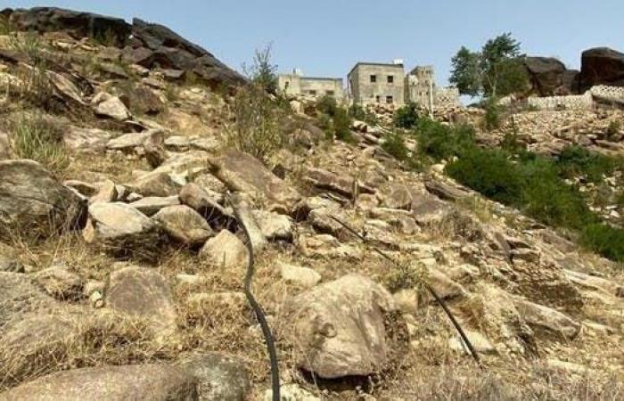 السعودية | بالصور.. سعودي يعيش فوق الجبال وهكذا يجلب المياه