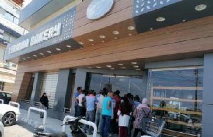 بالصور: أزمة الخبز تتفاقم… زحمة وطوابير أمام الافران!