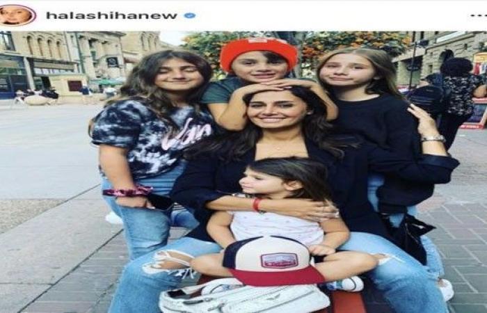 حلا شيحة تنشر صورة برفقة أبنائها الأربعة