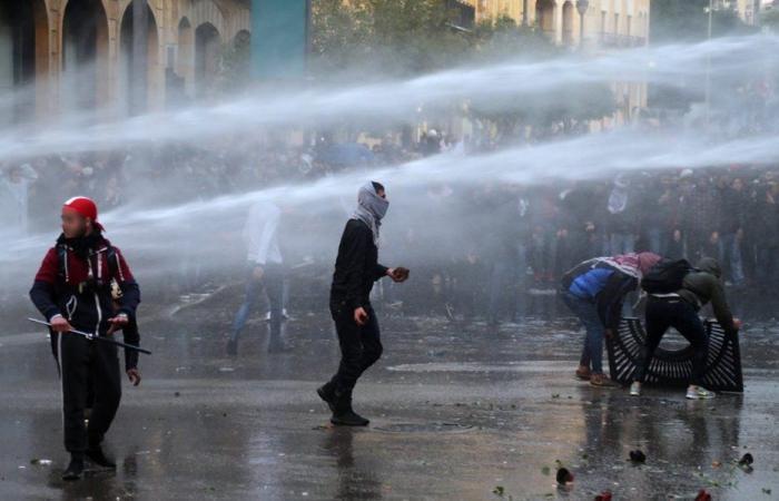 قطع طرقات إحتجاجات ودعوات للنزول إلى الشارع