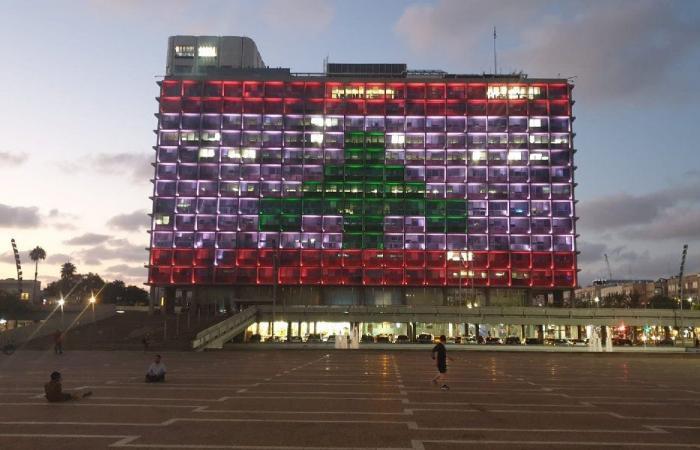 """إضاءة مبنى تل أبيب بألوان العلم اللبناني """"تضامنًا"""""""