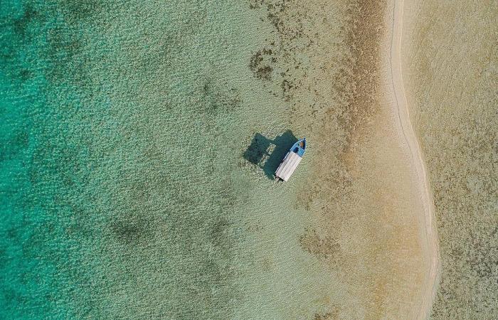 السعودية | بالصور.. مناظر خلابة في هذا الشاطئ الفيروزي غرب السعودية