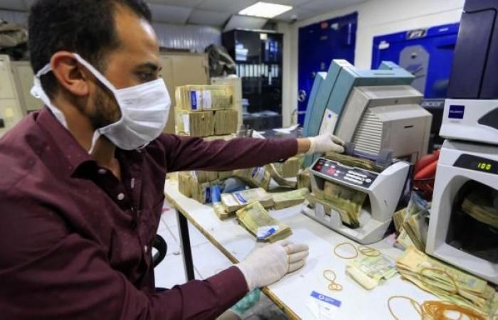 """الحكومة اليمنية تتهم الحوثيين بـ""""النهب المنظّم"""" للتحويلات النقدية"""