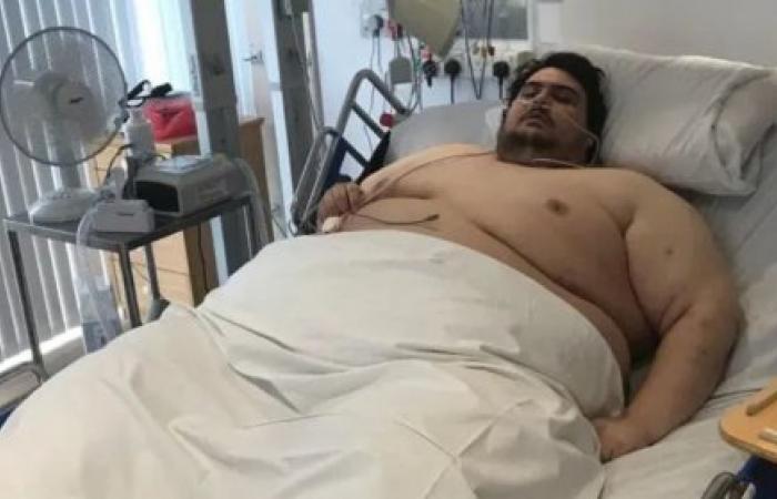 شاهد.. كيف نقل الرجل الأكثر بدانة ببريطانيا للمستشفى!