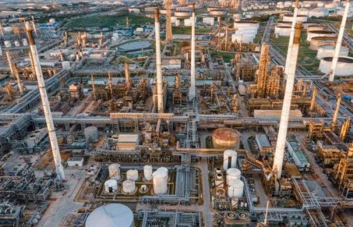 النفط يكسب 2% والمخزونات الأميركية ترتفع