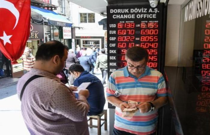 الليرة التركية نحو أسوأ شهر منذ 2018 وسط توقعات برفع أسعار الفائدة