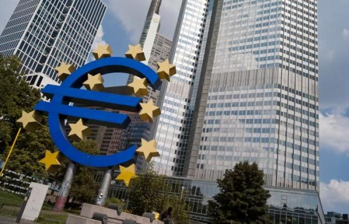 أدنى مستوى لليورو والذهب في شهر... والأسهم تتراجع
