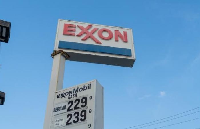 """النفط يفقد نحو 4% و""""إكسون"""" تسرّح 1900 موظف"""