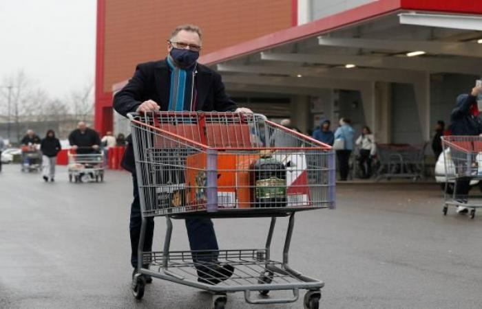 إنكلترا تتجه لإغلاق المتاجر والمطاعم لمواجهة كورونا