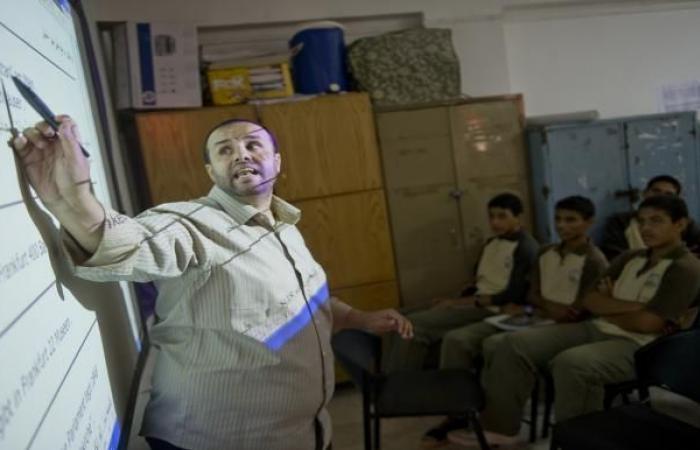 """مصر: البرلمان يقر زيادة """"ضئيلة"""" في رواتب المعلمين"""