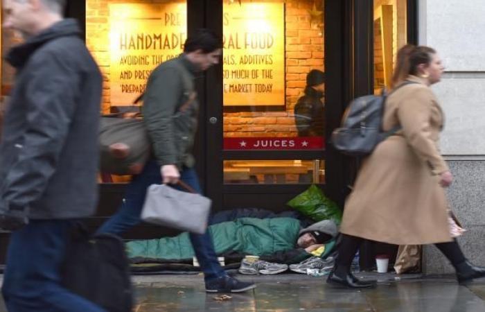 """""""الجوعى الجدد"""" في بريطانيا... متوسطو الدخل يصطفون أمام بنوك الطعام"""