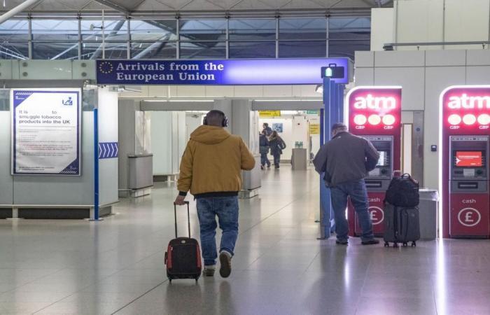 إغلاق إنكلترا يضع المسافرين البريطانيين في أزمة
