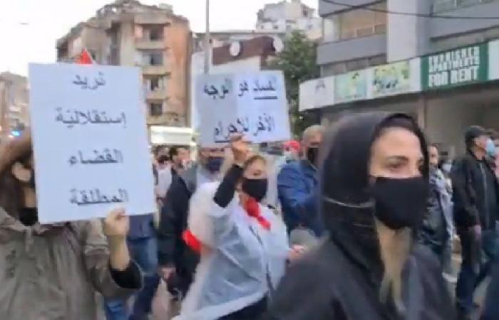 بالفيديو: اعتصام أمام منزل المحقق العدلي