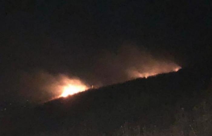شهب ناري سقط في عكار وأشعل النيران في النباتات (صور وفيديو)
