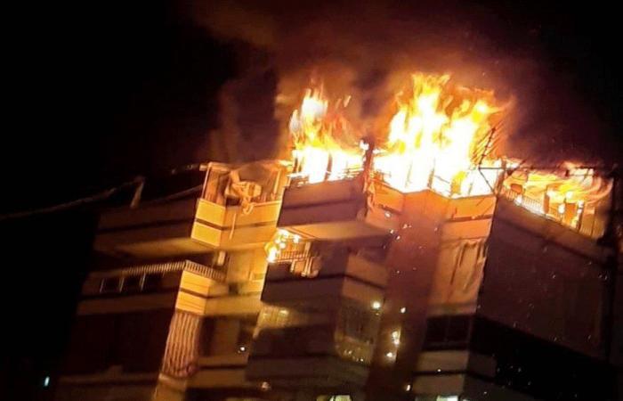 حريق بالطبقة الأخيرة في بناء بزقاق البلاط (فيديو)