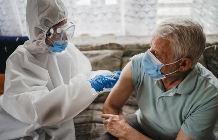 كشف لغز حساسية لقاح فايزر.. وتوصية مهمة بعد التطعيم